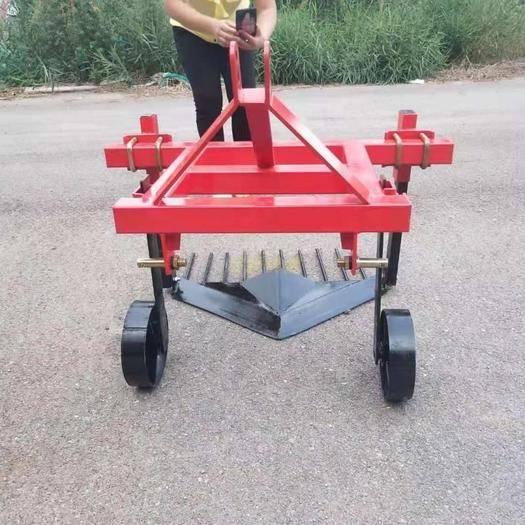 山东省德州市禹城市收获机 四轮拖拉机带的红薯土豆收获犁