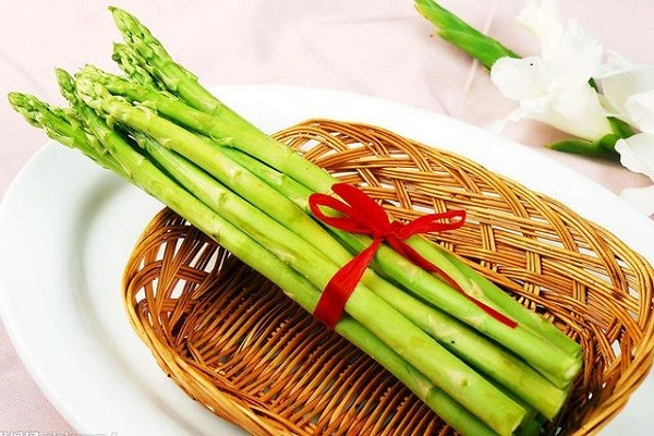 村民返乡种植芦笋,种植效益是普通蔬菜的十几倍,每亩产值至少可达4000元
