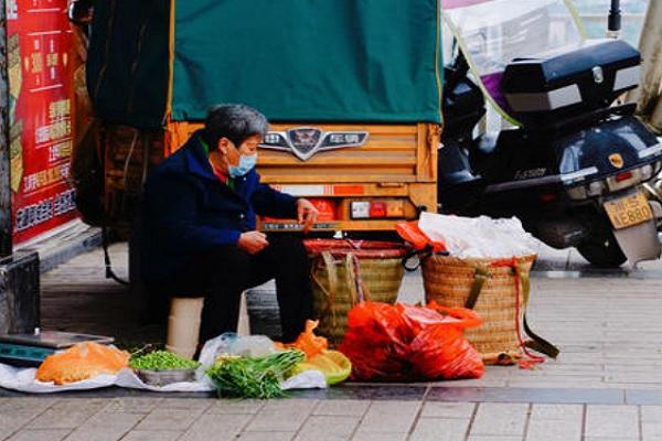 27地设摊贩规范点发展地摊经济!发展地摊经济的原因是什么?