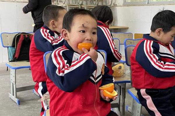 """惠农网""""脐愿达橙""""公益行动捐赠第一站:送进大山的心愿"""